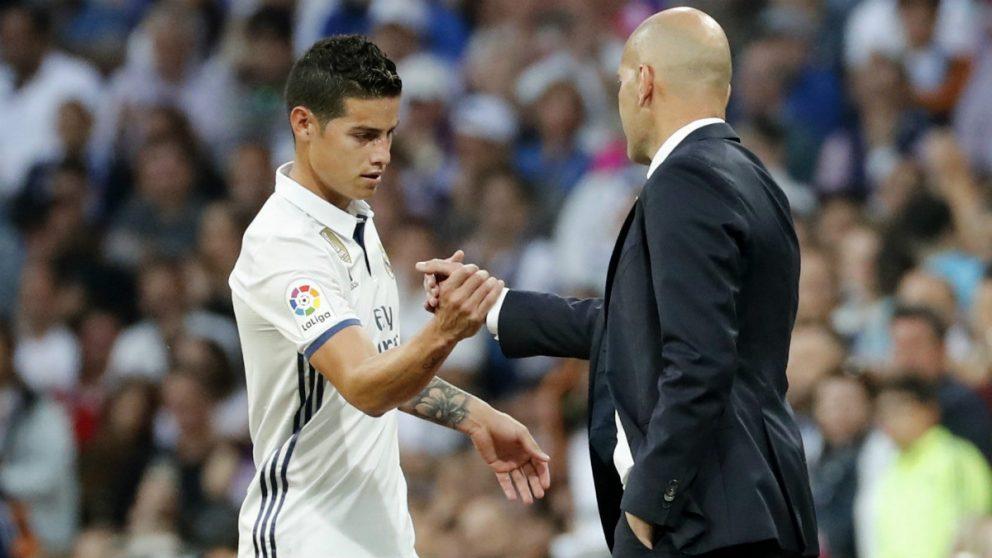 Zidane saluda a James durante la etapa de ambos en el Madrid. (AFP)