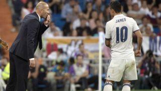 Zidane habla con James durante un partido de la pasada temporada. (AFP)