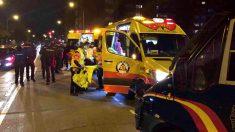Personal sanitario atiende al aficionado apuñalado en los alrededores del Wanda Metropolitano. (Foto: EFE)