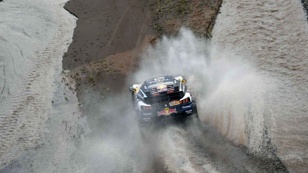 Carlos Sainz, durante la etapa del jueves en el Rally Dakar 2018 (AFP)