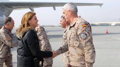 La ministra Cospedal saluda a las tropas españolas desplegadas en el Aeropuerto de Kabul, en Afganistan. (Defensa)