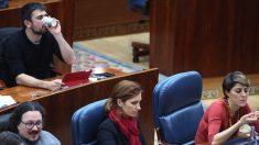 Ramón Espinar, secretario general de Podemos Comunidad de Madrid, en el 'gallinero' de la Asamblea.