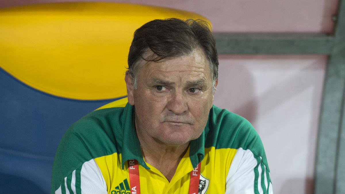 José Antonio Camacho, durante un encuentro con Gabón. (AFP)