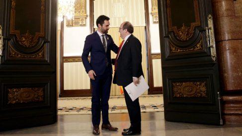 El presidente del Parlament, Roger Torrent, y el líder del PSC, Miquel Iceta. (EFE)