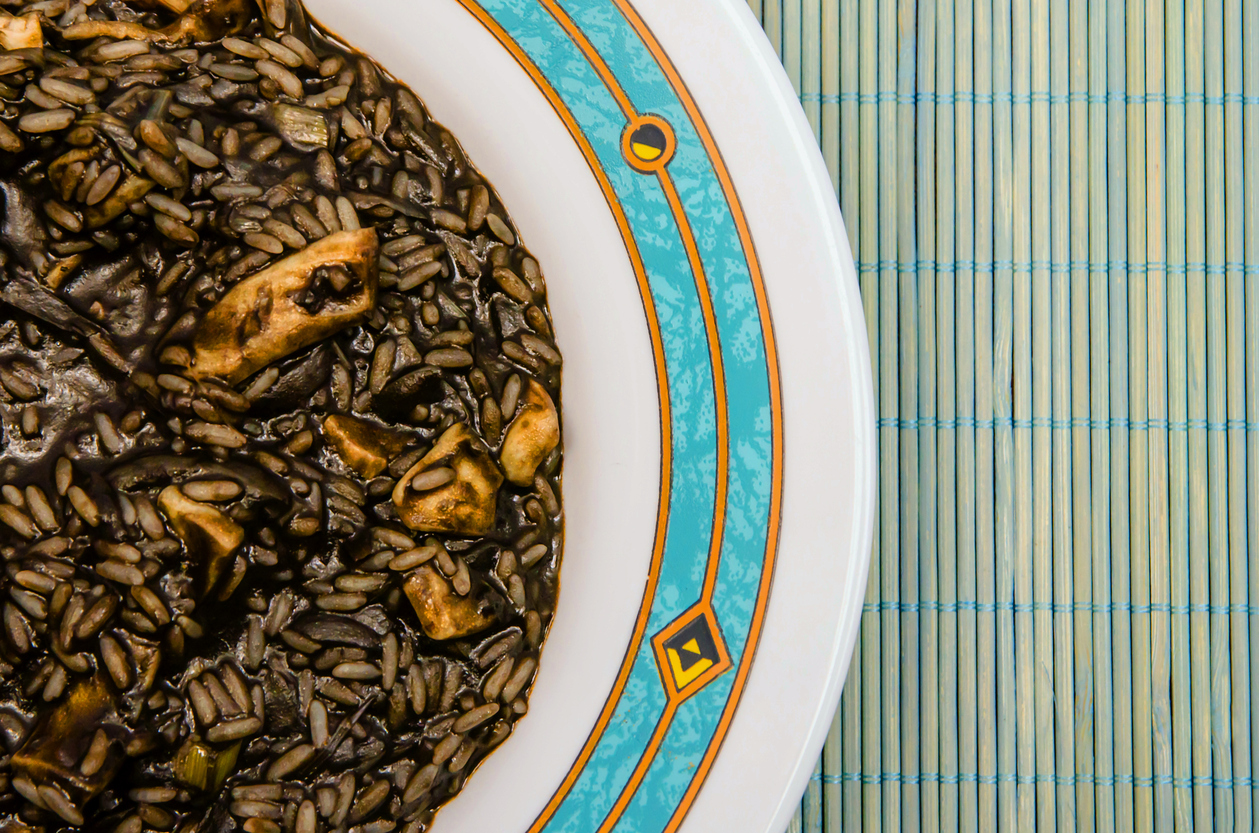 Receta de arroz negro con verduras y morcilla