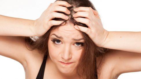 El principal síntoma de la alopecia por tracción es dolor de cabeza.