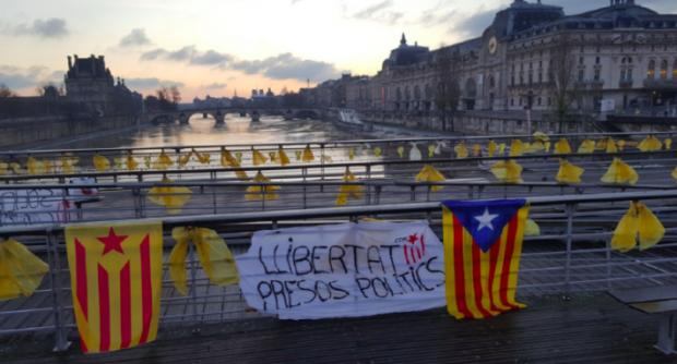 El CDR de París coloca lel símbolo de los golpistas presos en un puente sobre el Sena
