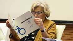 La alcaldesa Manuela Carmena revisando documentación de BiciMad. (Foto: Madrid)