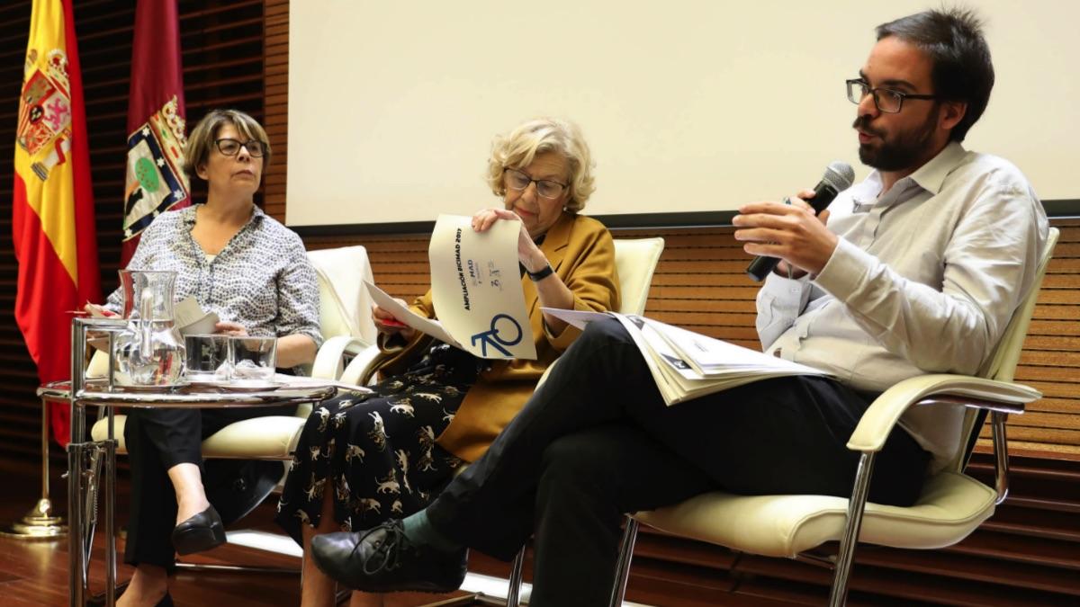 La alcaldesa junto a los querellados Inés Sabanés y Álvaro F. Heredia. (Foto: Madrid)