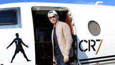 Cristiano Ronaldo sonriente con el logo de su avión privado (Instagram)