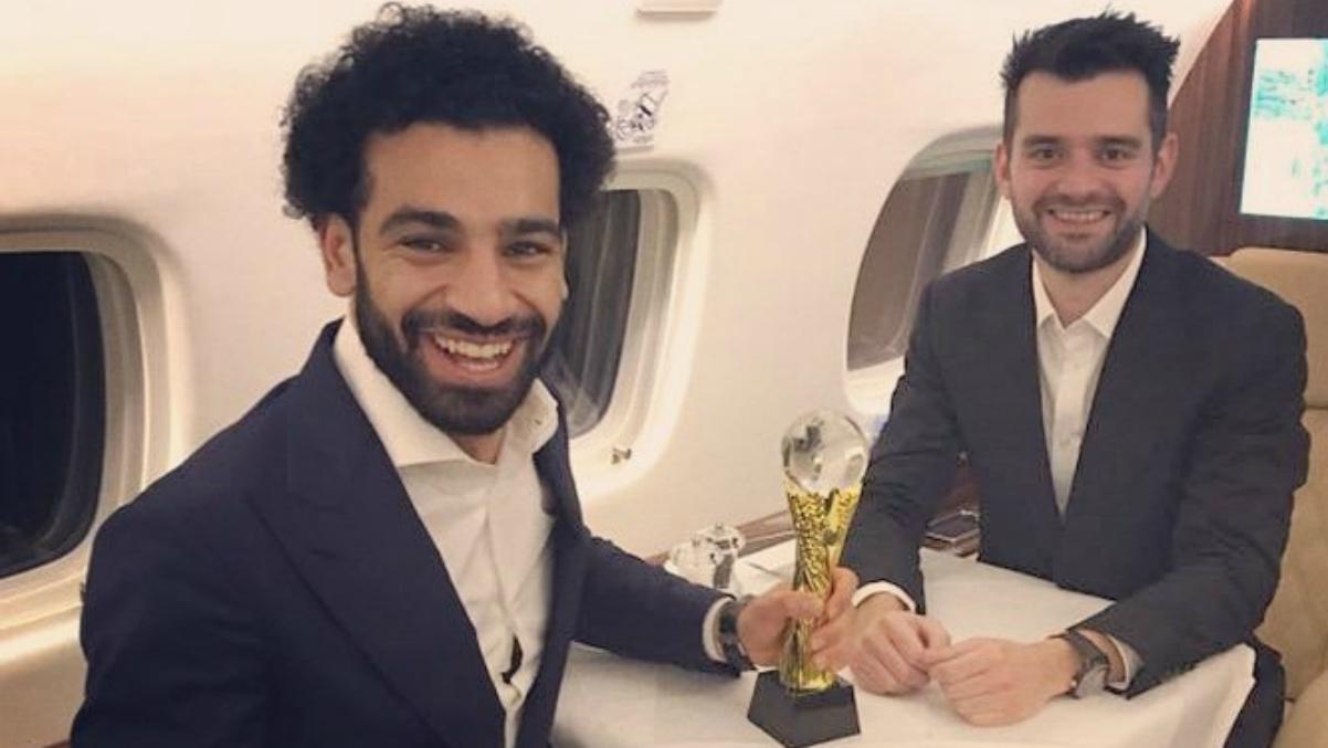 Salah junto a su agente Ramy Abbas Issa después de ganar el Balón de Oro africano. (Twitter)