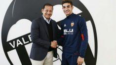 Ferran Torres renueva con el Valencia. (valenciacf.com)