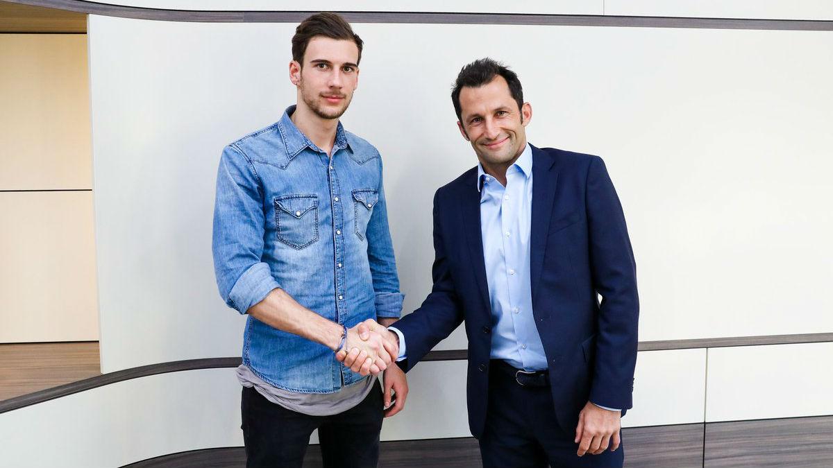 Goretzka posa como nuevo jugador del Bayern. (fcbayern.com)