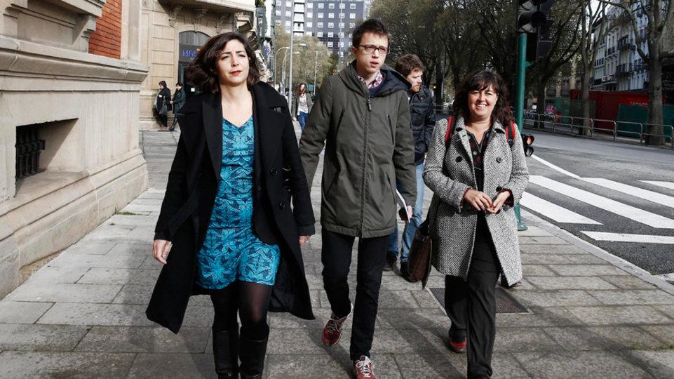 Laura Pérez, a la izquierda en la foto  junto al secretario de Análisis Estratégico de Podemos, Iñigo Errejón (Foto: EFE)