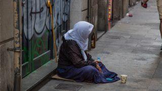 Mujer viviendo en la calle en Barcelona