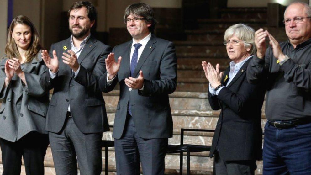 Los ex conselleres fugados en Bruselas junto al ex presidente del Govern, Carles Puigdemont