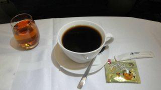 ¿Es seguro beber café en los aviones?