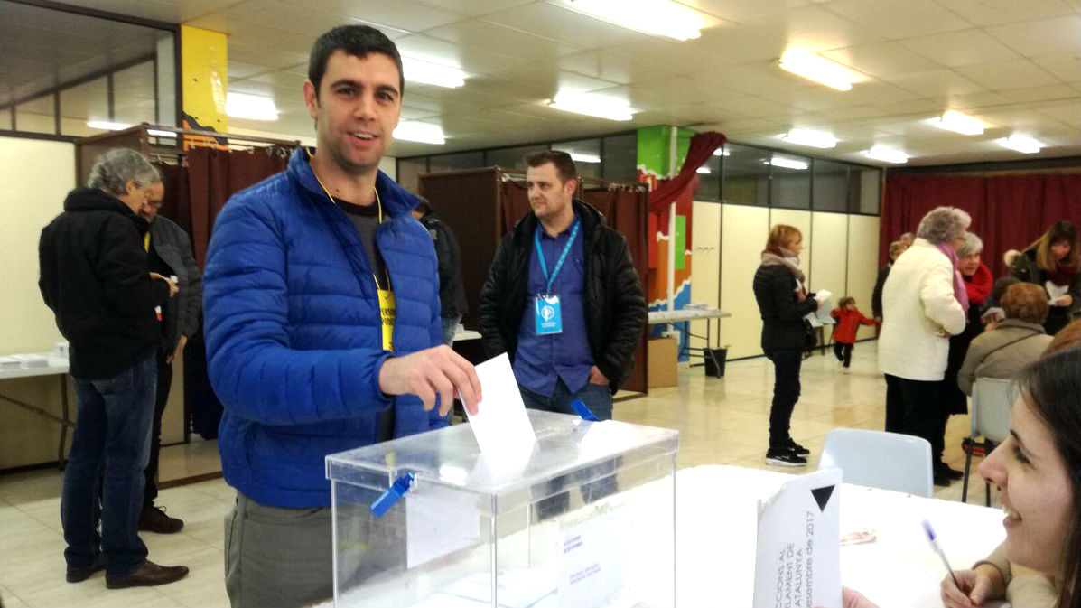 El alcalde de Argentona, Eudald Calvo, deposita su papeleta en el referéndum ilegal del 1-O.