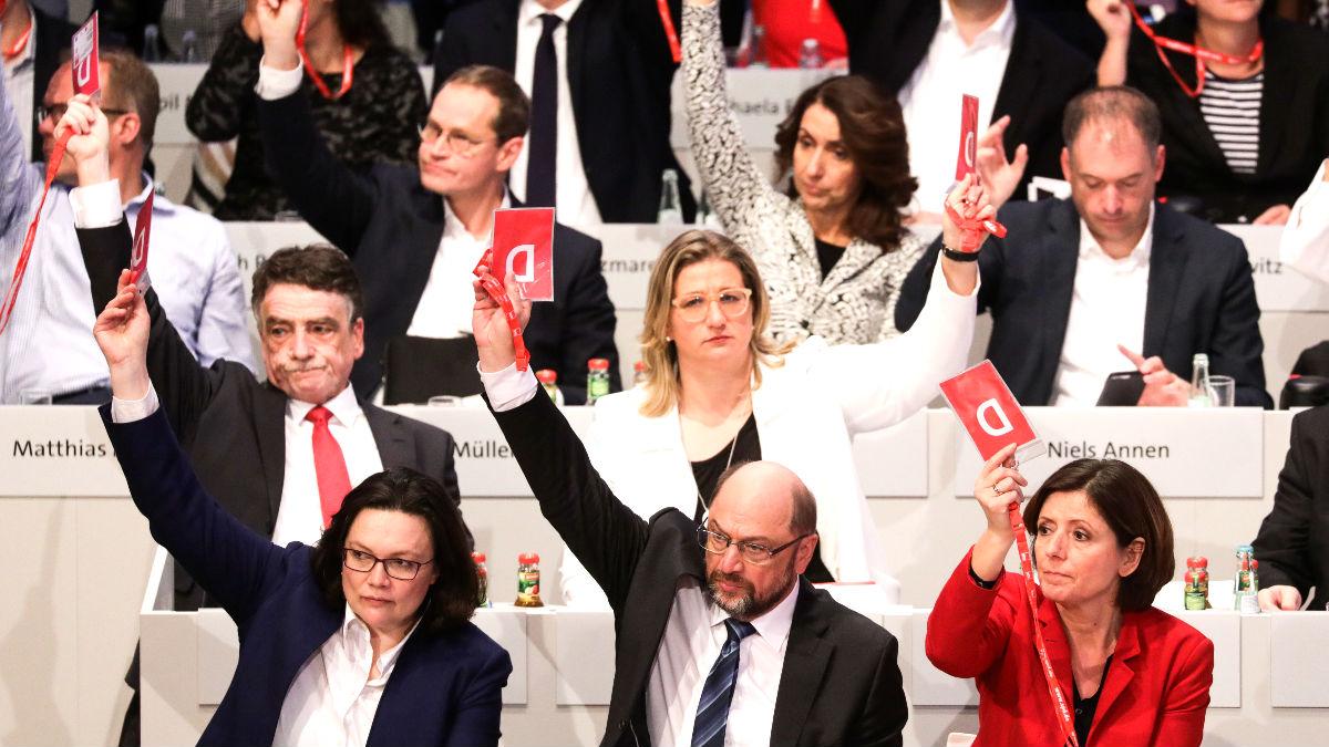 Martin Schulz, en el centro de la primera fila, votando en el Congreso del SPD (Foto: AFP).