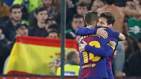 Messi y Jordi Alba celebran un gol al Betis. (EFE)