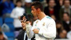 Cristiano Ronaldo se miró la brecha en el móvil del doctor. (EFE)
