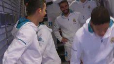 Cristiano bromea en el túnel de vestuarios.