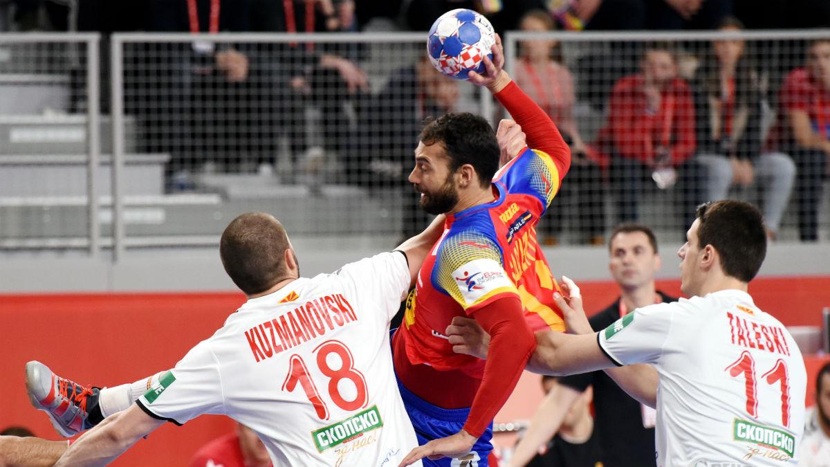 Dani Sarmiento, supera a rivales durante la victoria de los Hispanos frente a Macedonia. (AFP)