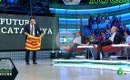 Iñaki López regala una estelada a Inda en directo y el director de OKDIARIO la rechaza