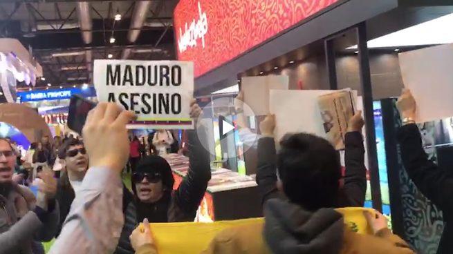 Un grupo de opositores venezolanos denuncia la dictadura de Maduro en el stand de Venezuela en FITUR