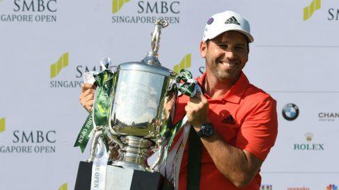Sergio García posa con el título del Abierto de Singapur. (AFP)