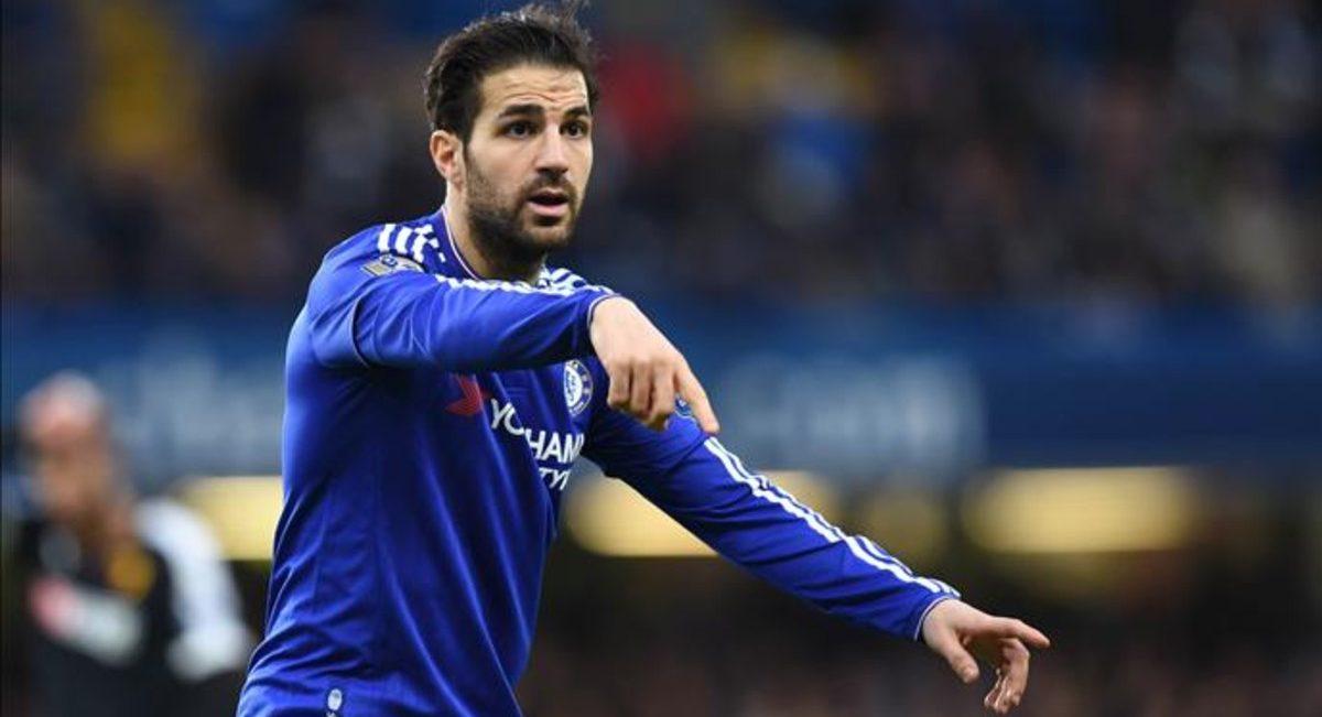 Cesc Fábregas da instrucciones en un partido del Chelsea.