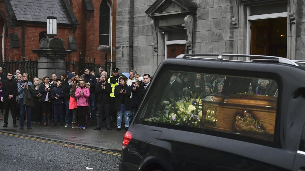 Multitudinaria despedida a Dolores O'Riordan en Limerick. (Foto: AFP)