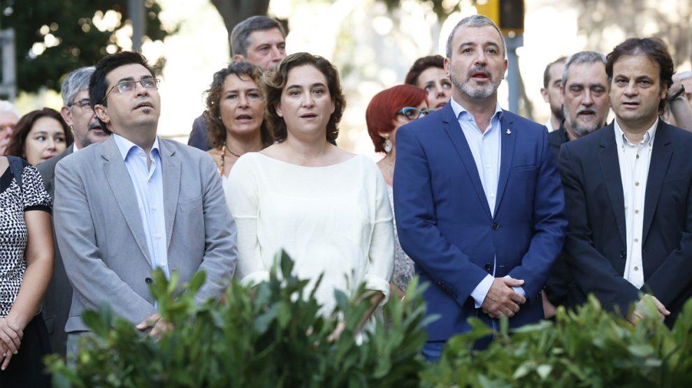 Gerardo Pisarello, Ada Colau, Jaume Collboni y otros miembros del Ayuntamiento de Barcelona. (Foto: AFP)