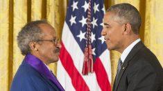 Jack Whitten junto a Barack Obama. (Foto: AFP)