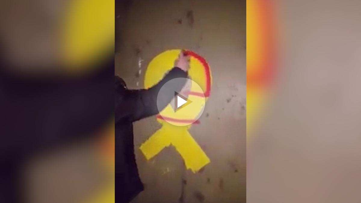 Un constitucionalista pinta un lazo amarillo golpista