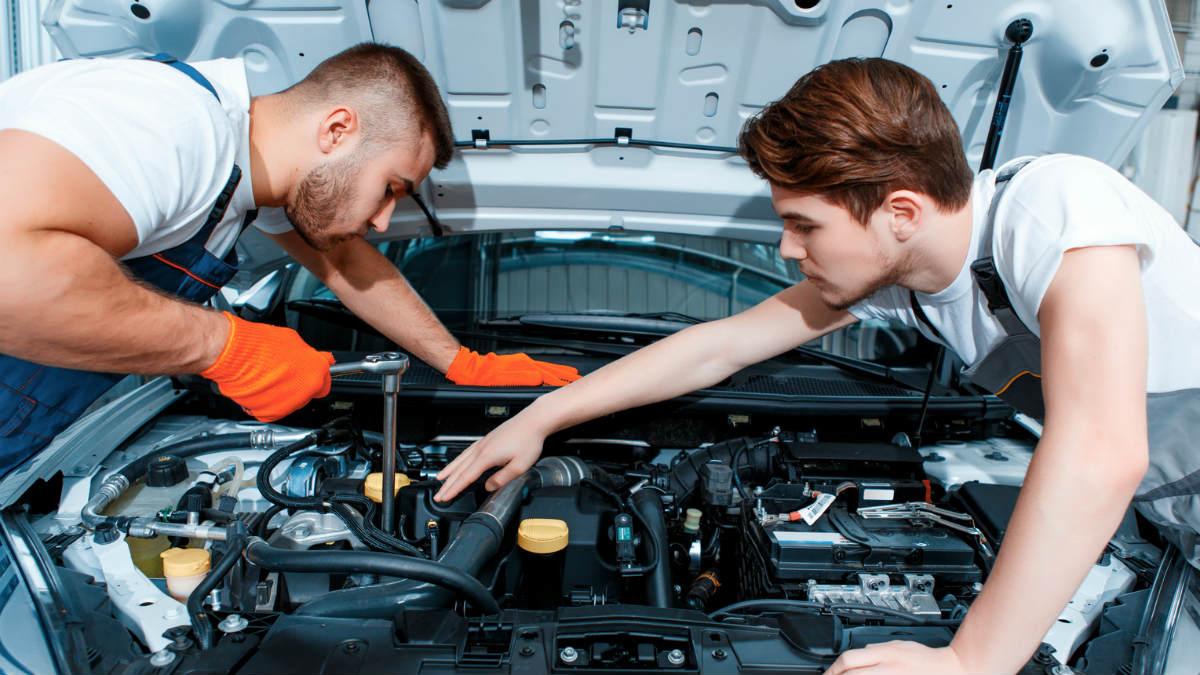 Las visitas al taller son algo habitual cuando tenemos un coche en propiedad, siendo muy comunes varias acciones que realizan los mecánicos independientemente del modelo y marca que sean.