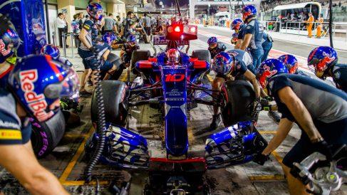 Los mecánicos de Toro Rosso, en una parada en boxes. (Getty)