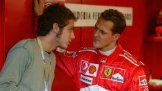 Michael Schumacher quedó muy gratamente sorprendido del rendimiento de Valentino Rossi al volante del Ferrari de Fórmula 1 cuando éste completó una serie de test con el equipo rojo con vistas a cambiar las motos por los monoplazas. (Getty)