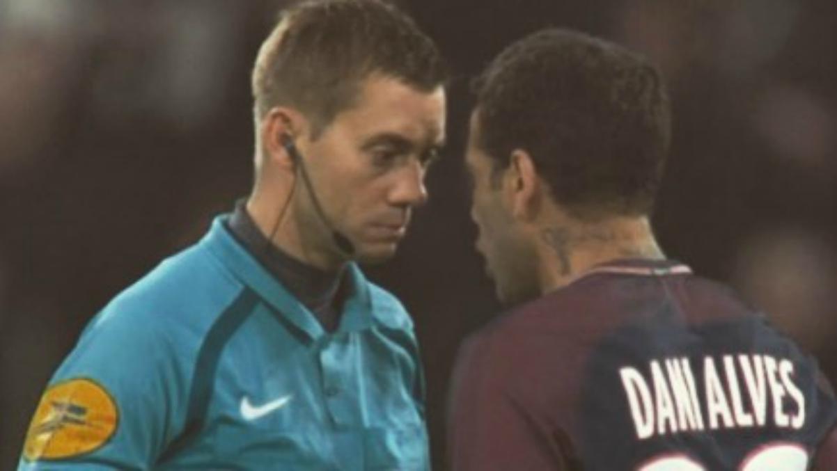 Dani Alves se encara con el árbitro del Lyon-PSG. (Instagram)