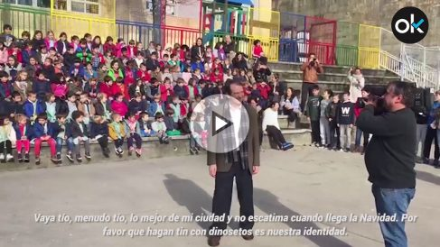 """Vídeo del alcalde de Vigo mientras los alumnos del CEIP Lope de Vega le cantan """"Vaya Tío"""""""
