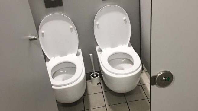 Por qu hay dos wc juntos en este cuarto ba o for Cocina y bano juntos