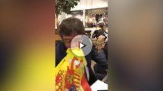Carles Puigdemont besa la bandera de España.