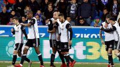 Los jugadores del Valencia celebran su gol frente al Alavés. (EFE)