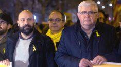 Los vicepresidentes de la ANC, Agustí Alcoberro (d) y de Òmnium Cultural, Marcel Mauri (i), junto al diputado de Junts per Catalunya Jordi Turull. (Foto: EFE)
