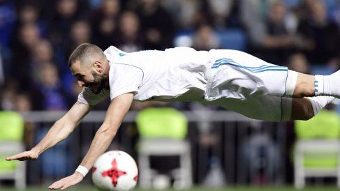 Benzema falla una ocasión. (AFP)