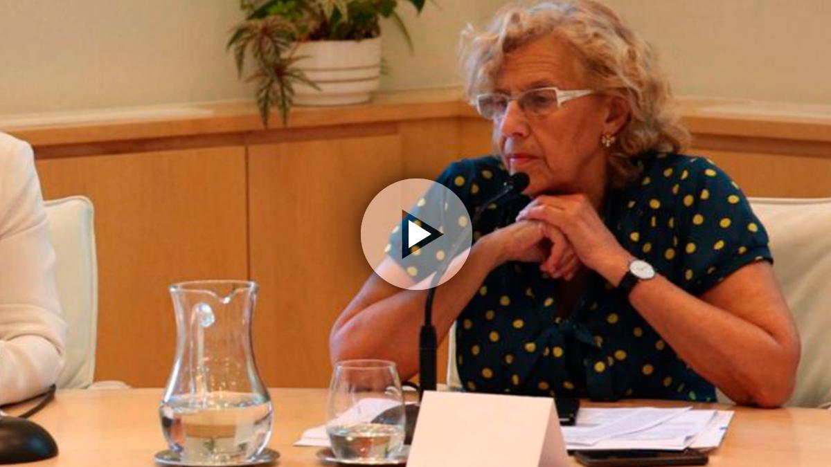 La alcaldesa mirando en una reunión con sindicatos. (Foto: Madrid)