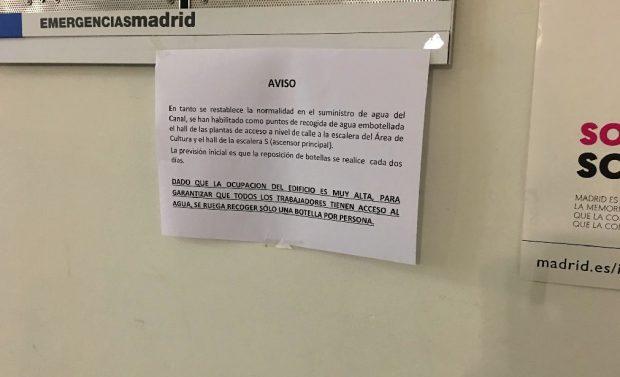 La Alcaldía parece Caracas: Carmena reparte «una botella por persona» tras un mes sin agua potable