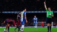 Hernán Pérez es amonestado durante un Barcelona vs Espanyol. (Getty)