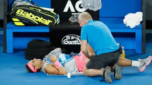 Rafa Nadal cayó lesionado en el Abierto de Australia.
