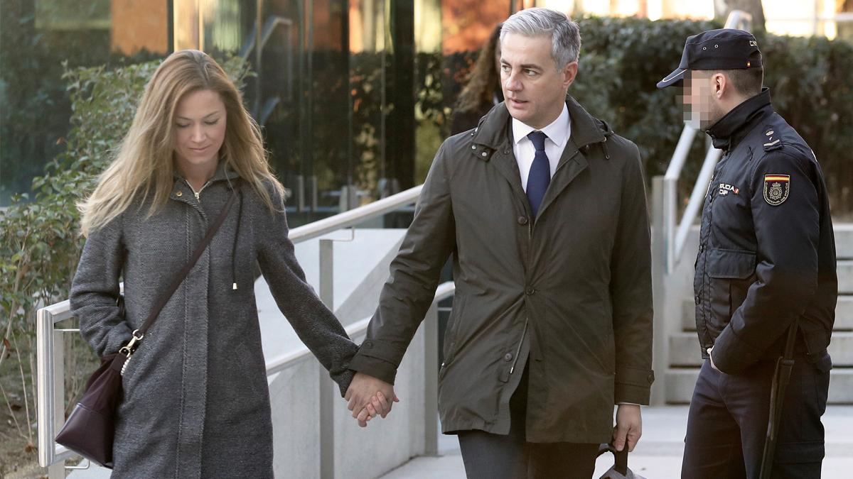 Ricardo Costa y su pareja a su llegada a la Audiencia Nacional. (Foto: EFE)